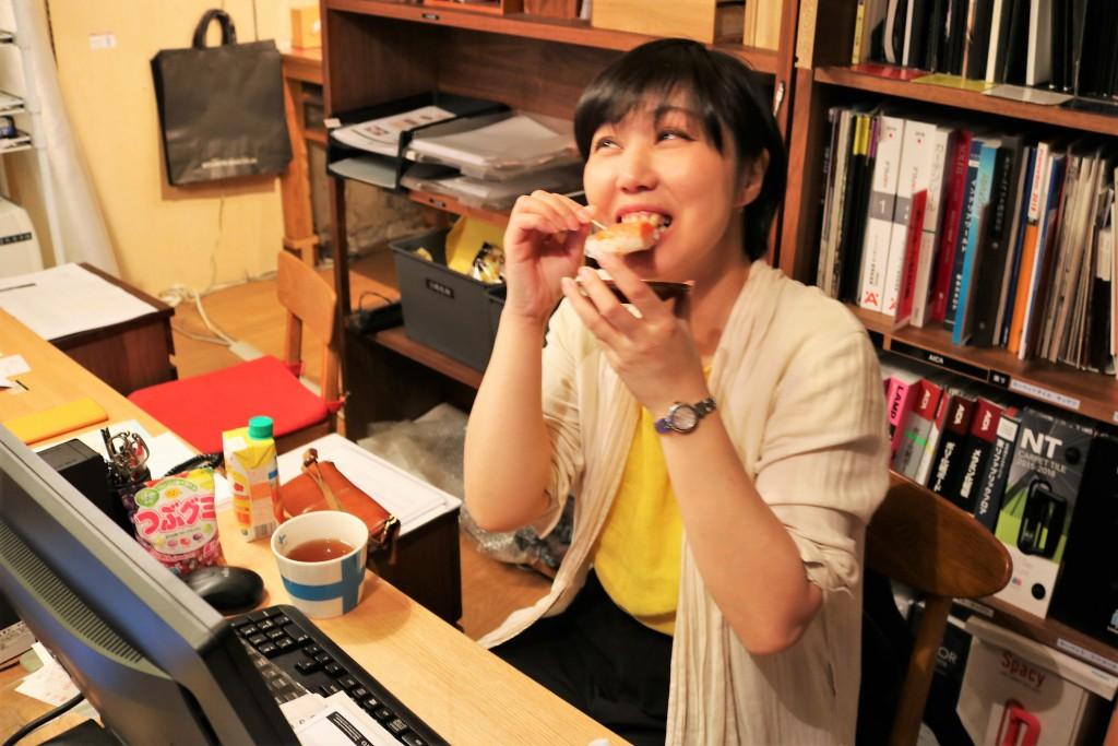 扇一の鱒のすしを食すミヤモト家具本店摺崎さん (2)